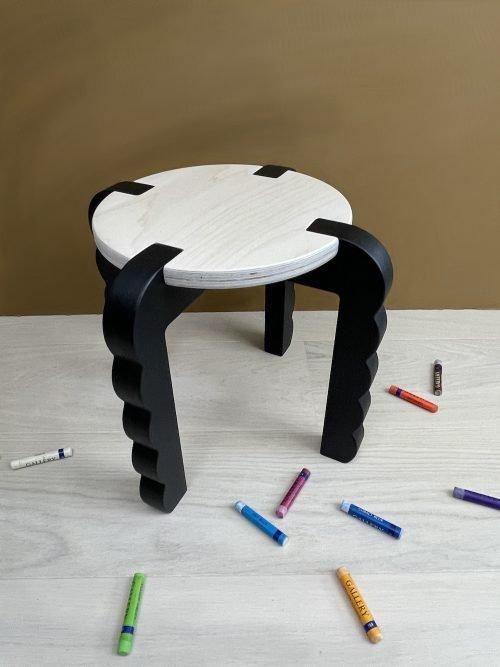 Bobler barnekrakk med svart ben og trehvit seteplate